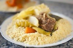Colpo marocchino tradizionale del dettaglio del cuscus dell'alimento di accensione naturale immagini stock libere da diritti