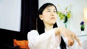 Colpo medio di meditare asiatico della donna stock footage