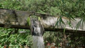 Colpo medio di riempimento 4k dei secchi del pozzo d'acqua stock footage