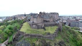 Colpo nuvoloso dell'antenna di giorno della Castle Rock storica della Scozia della città di Edimburgo video d archivio