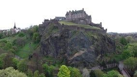 Colpo nuvoloso dell'antenna di giorno della Castle Rock storica della Scozia della città di Edimburgo archivi video