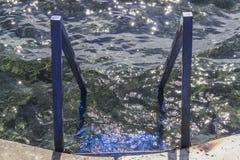 Colpo orizzontale della scala blu del mare sulla linea costiera ad estate immagine stock libera da diritti