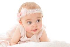 Colpo orizzontale di distogliere lo sguardo adorabile della neonata Fotografie Stock