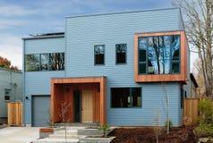 Colpo orizzontale di una casa moderna e dell'alta società con cielo blu Immagine Stock Libera da Diritti