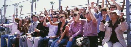 Colpo panoramico della folla che incoraggia nello stadio immagini stock libere da diritti