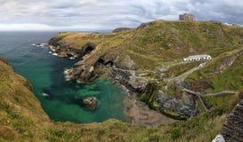 Colpo panoramico della linea costiera vicino a Tintagel in Cornovaglia, Inghilterra, Regno Unito Immagini Stock Libere da Diritti