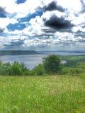Colpo parzialmente nuvoloso del fiume Immagine Stock