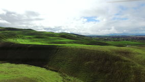 Colpo perfetto dei campi e delle colline verdi da sopra archivi video