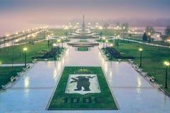 Colpo perfetto del parco di paesaggio in Yaroslavl sull'alba con l'anniversario 1000 della pioggia Immagini Stock Libere da Diritti