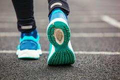Colpo potato da dietro delle scarpe da corsa del ` una s della donna immagine stock