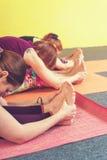 Colpo potato degli adulti femminili che praticano yoga Fotografia Stock