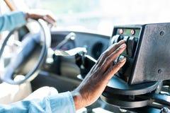 colpo potato dei pulsanti dell'autista di autobus afroamericano sul pannello fotografia stock