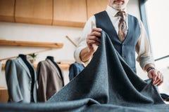 colpo potato del sarto maturo alla moda con il panno grigio fotografia stock libera da diritti
