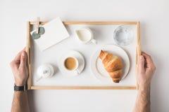 Colpo potato del vassoio della tenuta dell'uomo con la prima colazione Fotografia Stock
