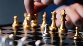 Colpo potato dell'uomo d'affari che gioca scacchi video d archivio