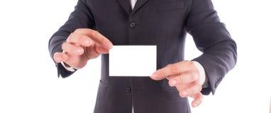 colpo potato dell'uomo d'affari in vestito che mostra biglietto da visita in mani fotografia stock
