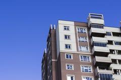 Colpo potato della costruzione concreta dell'alloggio di massa con il cielo blu Fotografia Stock Libera da Diritti
