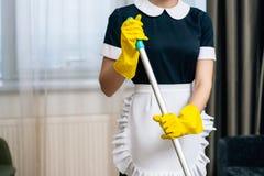 colpo potato della domestica in uniforme fotografia stock
