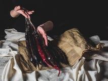 colpo potato della donna che tiene geoogian tradizionale fotografia stock