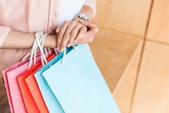 colpo potato della donna con i sacchetti della spesa variopinti Fotografia Stock
