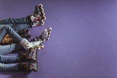 colpo potato della famiglia che riposa sulla pista di pattinaggio del rullo fotografia stock libera da diritti