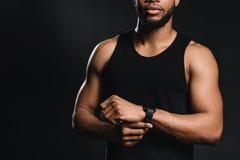 colpo potato di giovane uomo afroamericano muscolare nella condizione degli abiti sportivi fotografia stock libera da diritti