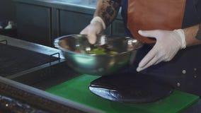 Colpo potato di un cuoco unico che mette insalata su un piatto archivi video