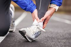 Colpo potato di un giovane che tiene la sua caviglia nella distorsione di dolore una f immagine stock libera da diritti