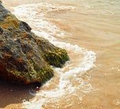 Colpo quadrato della costa di mare con roccia scura Fotografia Stock Libera da Diritti