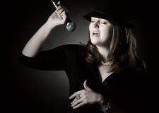 Colpo scuro di un cantante di jazz immagine stock