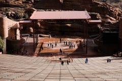 Colpo simmetrico del basso dell'anfiteatro di RedRocks su una fase che sogna e che immagina il futuro mentre affrontando stadio fotografie stock