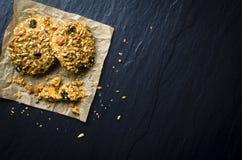 Colpo sopraelevato dei biscotti sulla tavola scura Fotografia Stock Libera da Diritti