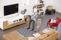Colpo sopraelevato del padre Playing With Children in salotto immagini stock libere da diritti