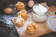Colpo sopraelevato del primo piano dell'ingrediente del biscotto sulla tavola di legno Fotografie Stock