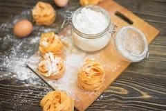 Colpo sopraelevato del primo piano dell'ingrediente del biscotto sulla tavola di legno Fotografia Stock Libera da Diritti