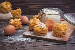 Colpo sopraelevato del primo piano dell'ingrediente del biscotto sulla tavola di legno Immagine Stock