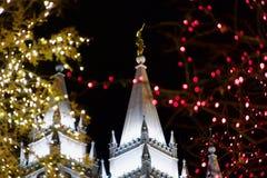 Colpo stretto di Angel Moroni Atop Temple al Natale a Salt Lake City Fotografia Stock Libera da Diritti