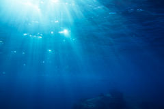 Colpo subacqueo con i raggi di sole fotografie stock