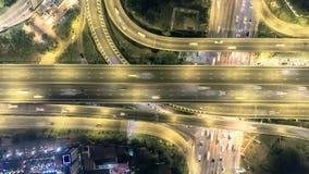 Colpo superiore aereo, superstrada a Bangkok, traffico su scambio dell'autostrada senza pedaggio alla notte iper intervallo di 4K stock footage