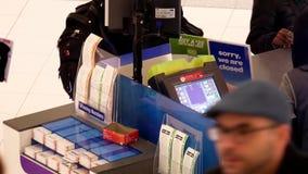 Colpo superiore del biglietto di lotteria d'acquisto della gente dentro il centro commerciale