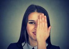 Colpo in testa di un nascondersi timido della ragazza fotografie stock libere da diritti