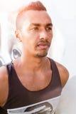 Colpo in testa di un uomo arabo bello che esamina l'orizzonte Fotografia Stock Libera da Diritti