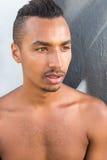 Colpo in testa di un uomo scuro bello della pelle Fotografia Stock