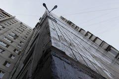 Colpo urbano grigio della costruzione di appartamento da sotto immagine stock