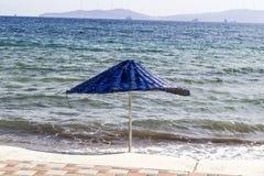 Colpo variopinto di ombreggiatura del sole sulla linea costiera ad estate Immagine Stock