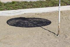 Colpo variopinto di prospettiva di ombra di ombreggiatura del sole sulla linea costiera ad estate Fotografia Stock