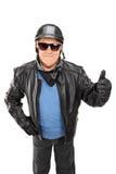 Colpo verticale del motociclista maturo che dà un pollice su Fotografia Stock Libera da Diritti