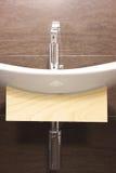Colpo verticale di un lavandino moderno Fotografia Stock