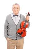 Colpo verticale di una posa matura del giocatore del violino Fotografia Stock