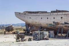Colpo vicino di prospettiva del peschereccio del lato posteriore su terra per la verniciatura del tronco a Lesvos, Kalloni immagini stock